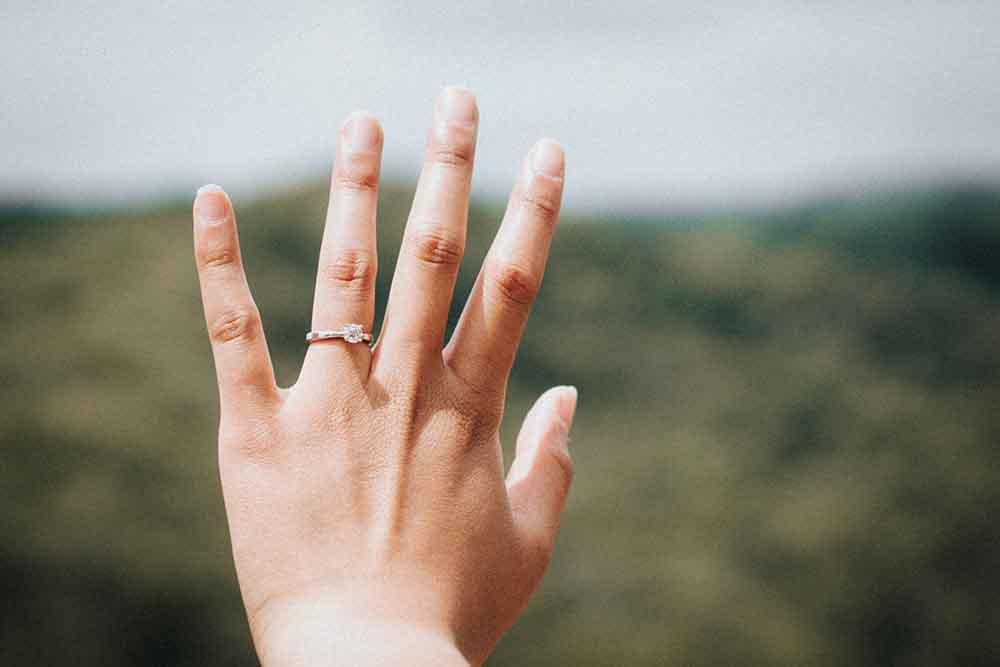 Choisir une alliance qui met votre main en valeur
